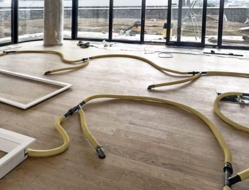 Vysoušení vlhkosti pod dřevěnou lepenou podlahou
